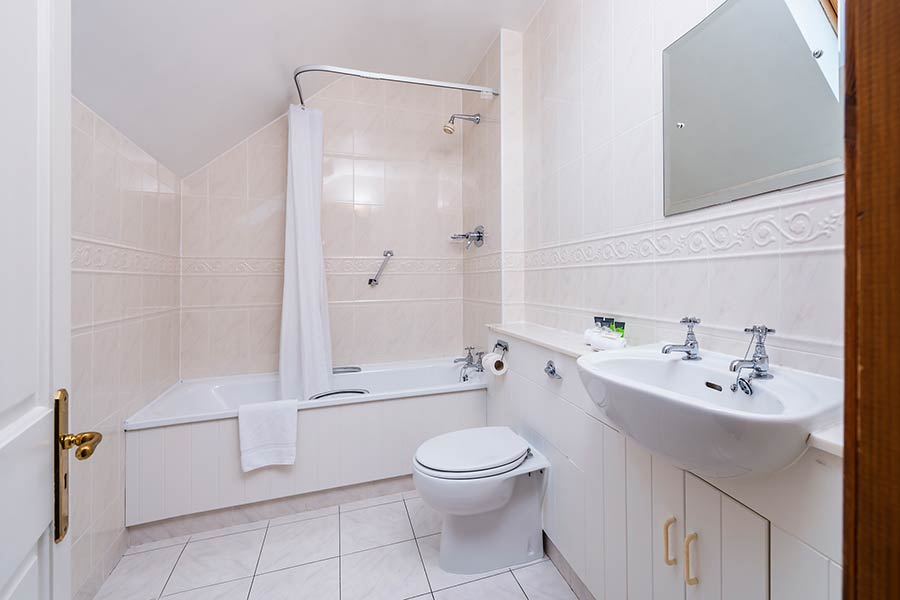 Friars Glen Killarney ensuite bathroom