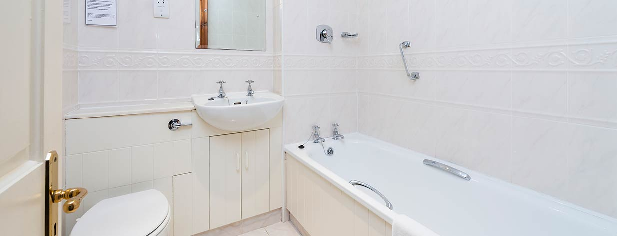 Friars-Glen-bathroom